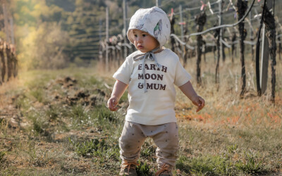 Baby mit Shirt Earth Moon & Mum im Weingarten